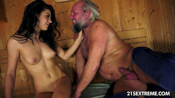 Русская девушка просит парня лизнуть пизду