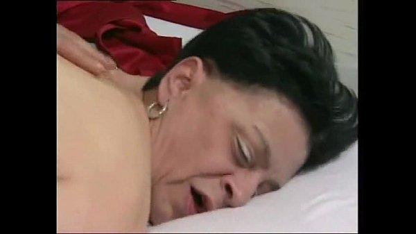 2 зрелые тетки трахают лысого мужика