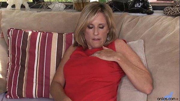 Джоди Уэст мастурбирует с дилдо порно фото