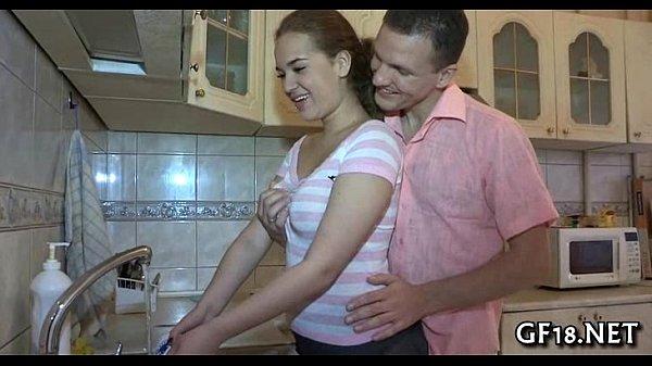 Рыженькая сучка массирует ноги парня и сосет член до оргазма