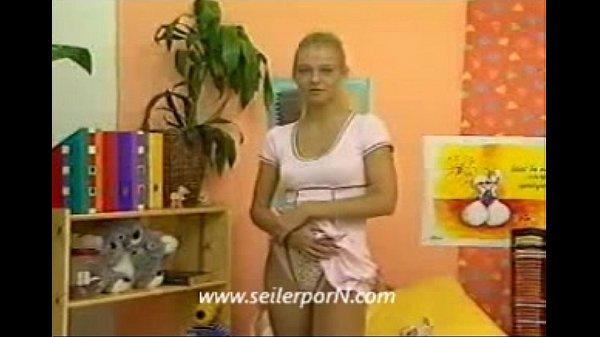 Blondes deutsches Mädchen zieht sich aus