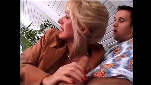 Видео как мама дает трахнуть своему сыну