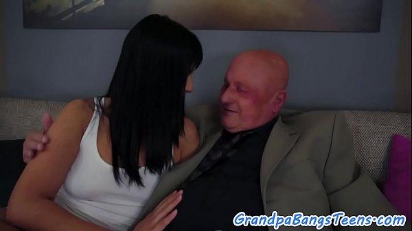 Секс голубоглазой брюнетки в красном нижнем белье