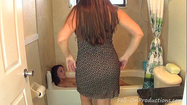 Мама с дочкой в ване
