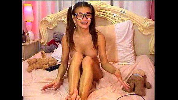 Симпатичные девушки веселятся в онлайне