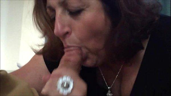 Gordinha coroa bem safada agarrando o pau na boca