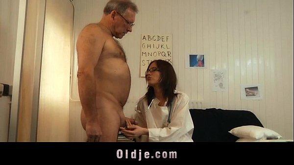 Мужик трахнул девушку в очках и с большими сиськами