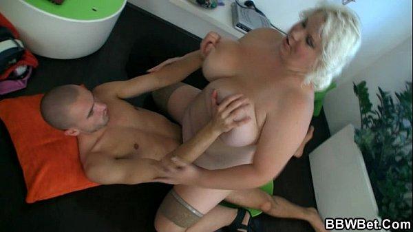 Дойкиком секс с грудастой зрелой голландкой