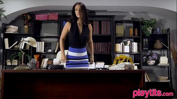 Секретаршу в офисе трахают на столе