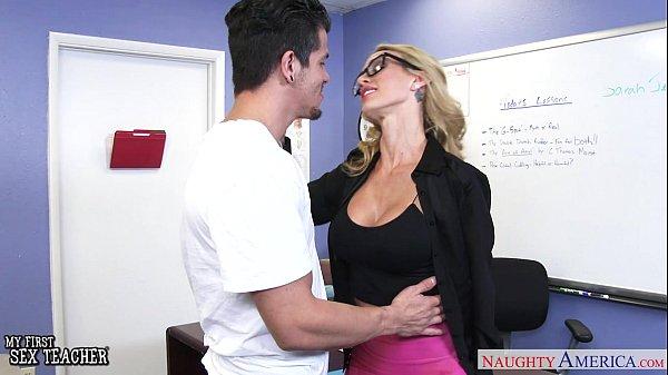 Преподаватель трахнул ученицу блондинку