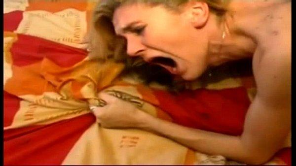 Forte sexo anal estourando o cu da loira gostosa