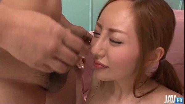 Девушкуа делает масаж члена телом