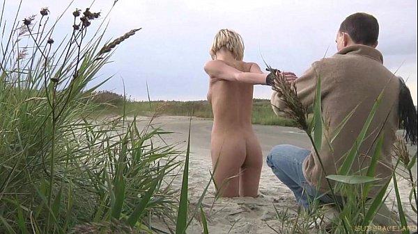 Мужик водит свою блондиночку рабыню на поводке