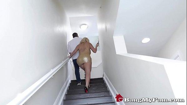 Сын смотрит как ебут егво маму порно