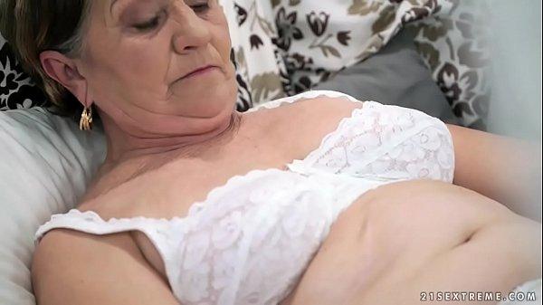 Порно пожилая бабушка ласкает свою волосатую письку