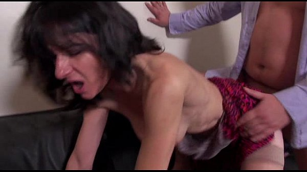 Смотреть порно семейная пара жестко трахает служанку