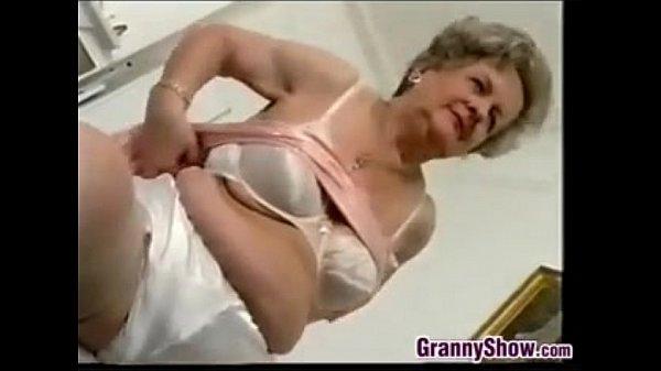 Как бабушки целуетса трахаютса