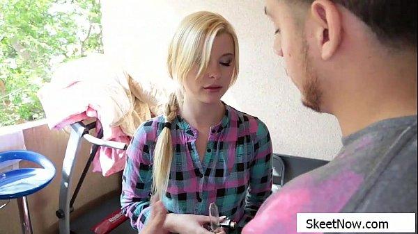Блондинка повертела на балконе жопой и была трахнута в номере