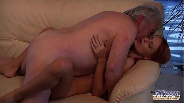 Девка мастурбирует в кустах скрытая камера