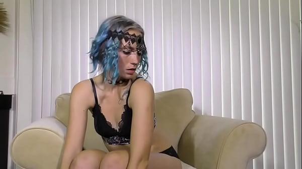 Эротика девушка в кресле