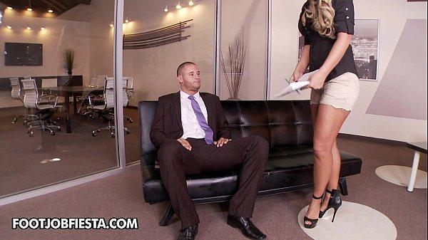 Заставляет служанку лизать пизду порно видео