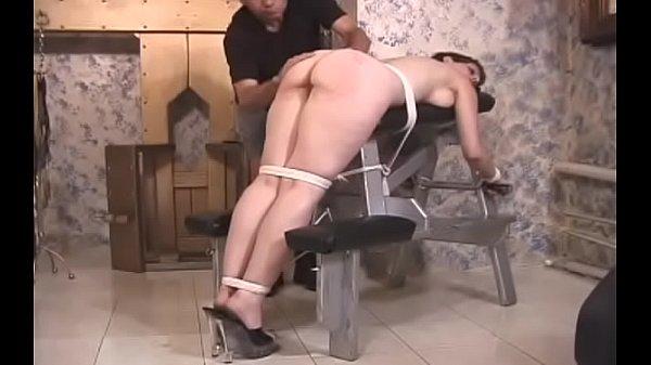 Привязана молодой голой девушки
