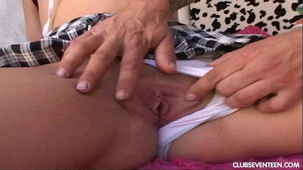 Девка дрочит на порнуху перед компом