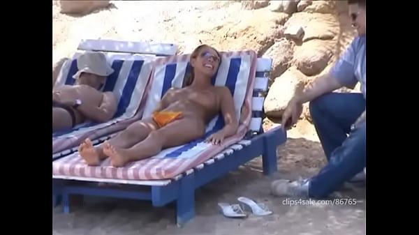 У моря девушки обнажёнка