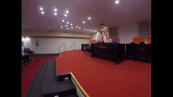 Lección de sexo oral a una chica en una sala de conferencias a cargo de Pamela Sánchez y Jesús Sánchez. Los profesores más importantes en materia de educación sexual. Aprende con ellos.