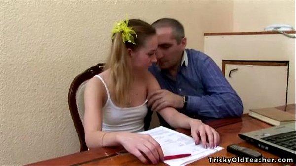 Порно с молодой блондинкой учителем с маленькими