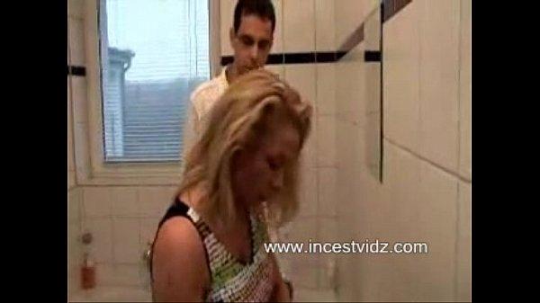 Мать в ванной