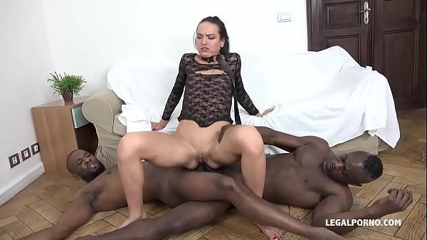 Порно видео Nataly Gold — Посмотри и посмотри, как 4 черных парня уничтожают ее жопу