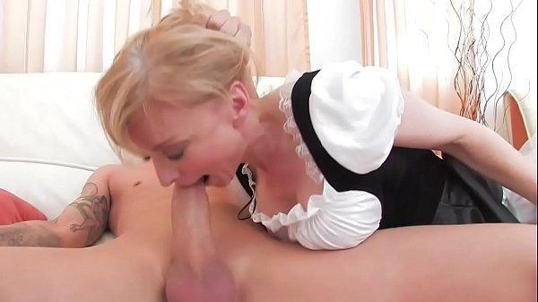 Женщина снимает пояс с чулками