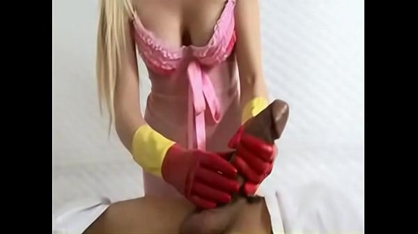 Красивые блондинки дрочат член в перчатках