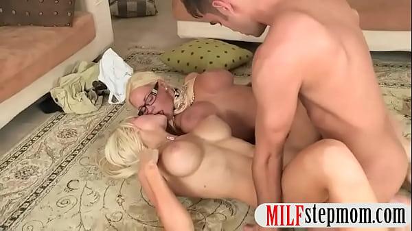 Сисястую блонди трахают в попу