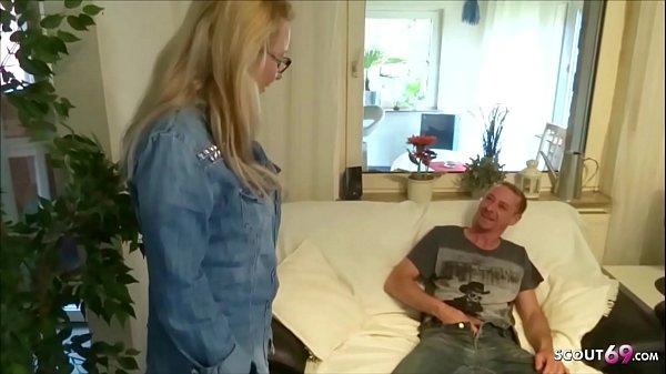 Nachbarin erwischt ihn beim Porno gucken und hilft mit Fick - German Mature