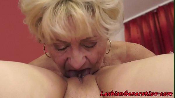 Блондинка любит шалить своими пальчиками