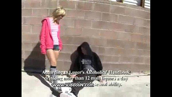 бомж трахает на улице девушку видео неудобно этом