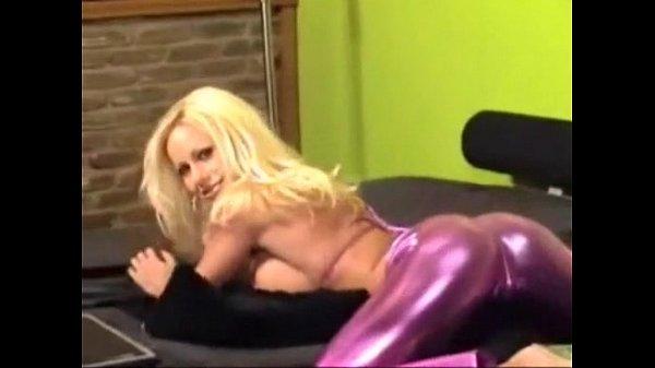 Порно онлайн стройная блондинка в латексе