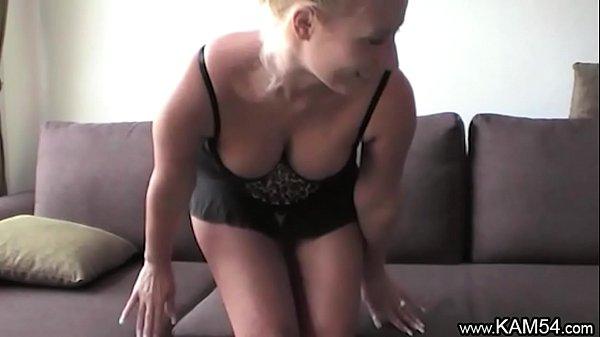 Блондинка обнажает свое сексуальное тело