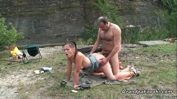 Брюнетка трахается с парнем и наслаждается сексом
