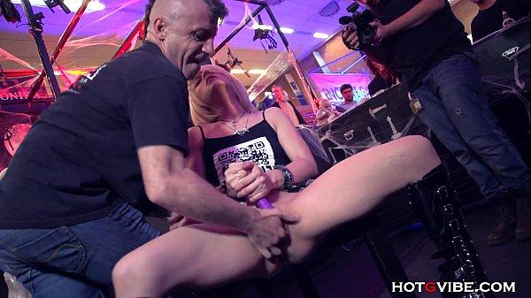 Девушку ебут огромная толпа порно
