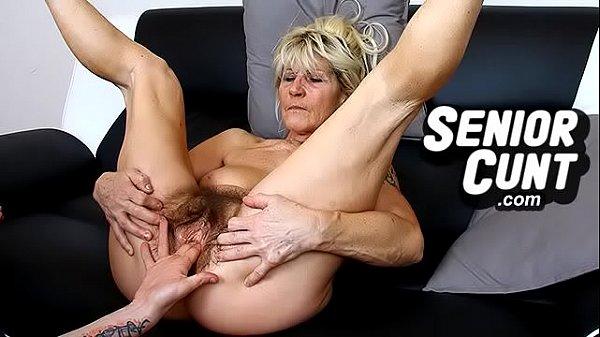 Очень очень старая бабка дрочит свою манду