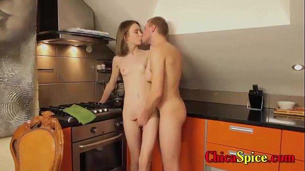 Кончил в худышку на кухне