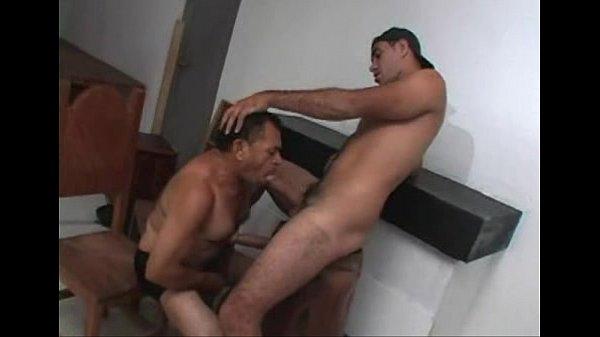 Peludinhos na delícia de sexo homossexual no chão