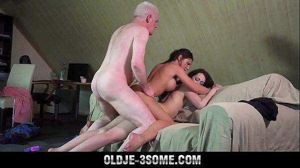 Смотреть порно ролики мужик кидает одни бабе две палки