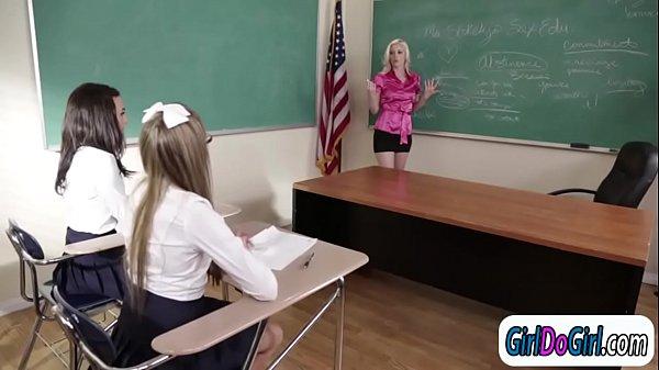 Училка лезбиянка соблазнила своих учениц