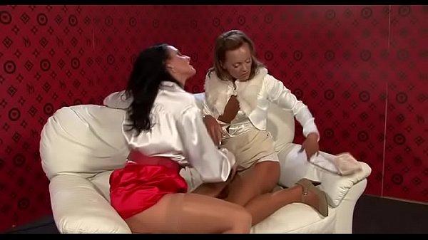 Женщины лесбиянки в возрасте занимаются сексом