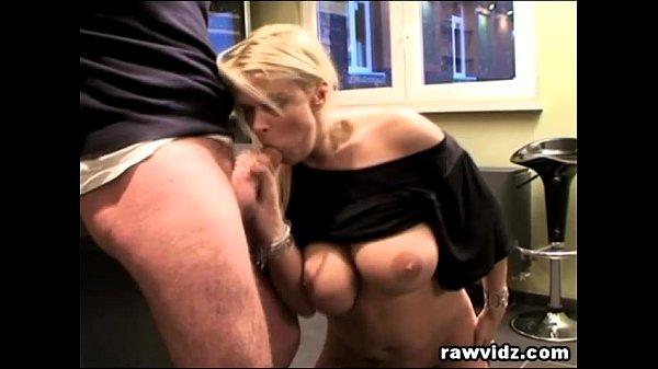 Грудастая блондинка трахается на кухне пока муж