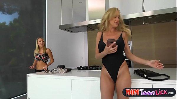 Смотреть секс сисястой мамы с дочкой лесбиянки
